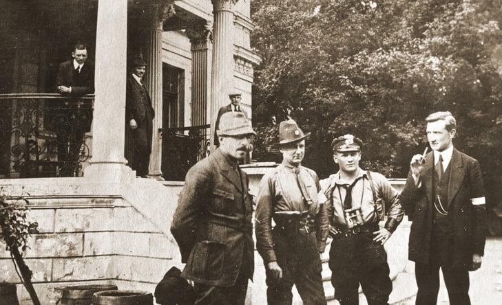 oficerowie polscy przed pałacem w Sławięcicach